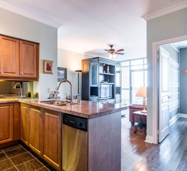 Short-Term Furnished Rental In Luxurious Building in Midtown Toronto | 1005-319 Merton Street